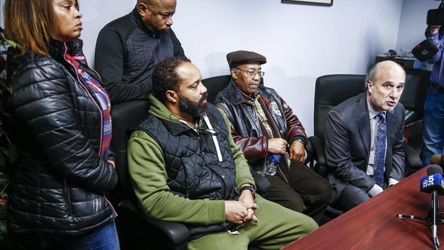 """La justicia dictamina que la Policía de Chicago usó """"fuerza excesiva"""" contra un negro que murió"""