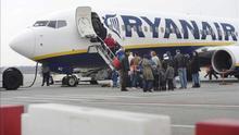 Trabajadores de Ryanair anuncian una huelga por la amenaza de cierre de las bases de Gran Canaria, Tenerife Sur y Girona