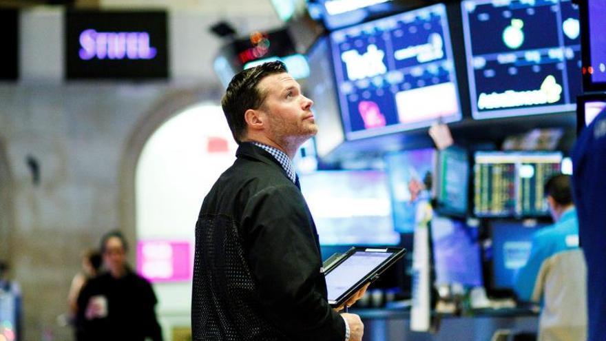 Intermediarios financieros observan el desarrollo del mercado en la Bolsa de Nueva York, Estados Unidos.
