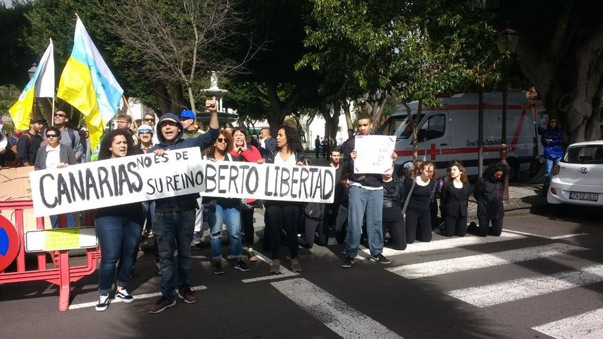 Pancartas, banderas y eslóganes del colectivo de unas 50 personas que acudió a la plaza del Adelantado