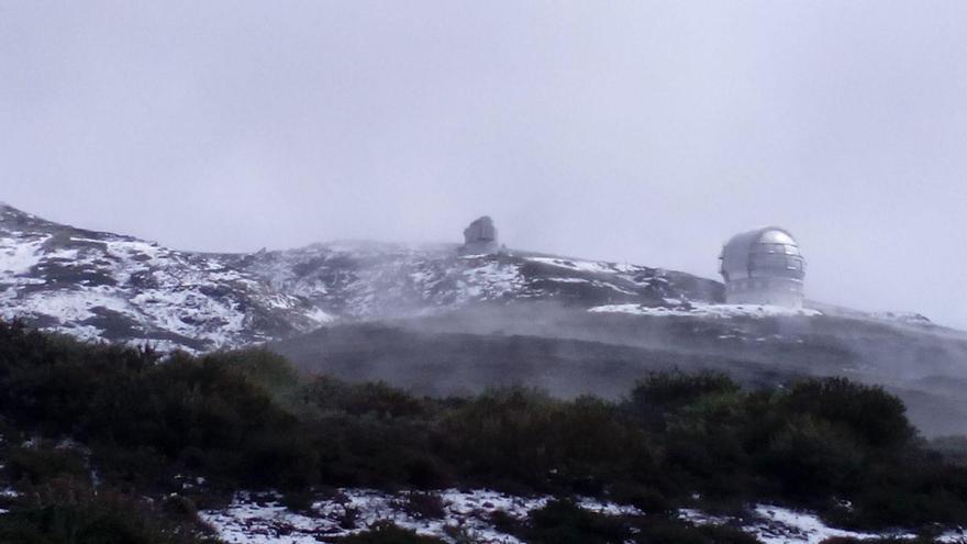 Vista del entorno del Roque de Los Muchachos, este sábado, nevado. Foto: ANA BEA.