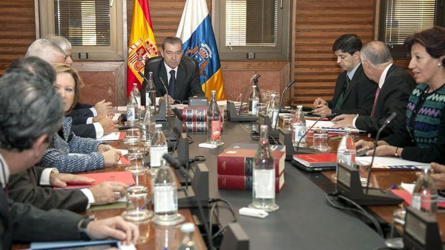 El presidente del Ejecutivo regional, Paulino Rivero (c), preside la reunión del Consejo de Gobierno celebrada hoy en la capital grancanaria. EFE/Ángel Medina G.