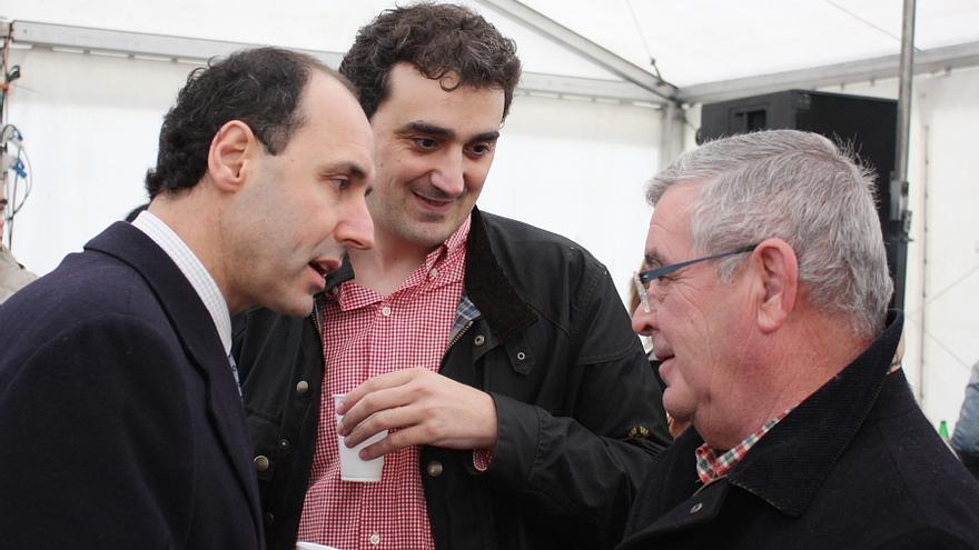 Ignacio Diego y Enrique Bretones, junto a un vecino, en imagen de archivo.