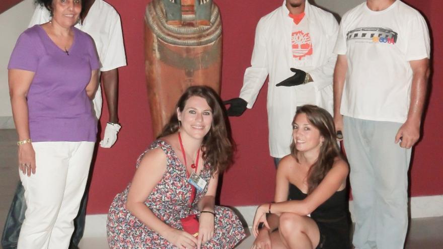 Grupo de conservadores cubanos y fotógrafo del Museo con las egiptólogas y la curadora de la colección egipcia, Aymée Chicuri Lastra. Foto: DAVID RODRÍGUEZ CAMACHO