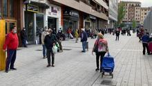 Vitoria, con mascarillas y medidas de seguridad, abarrota su mercado de abastos en el día de su reapertura