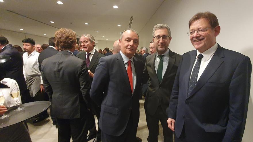 El president Ximo Puig junto al conseller Arcadi España y el presidente de la CEV, Salvador Navarro.