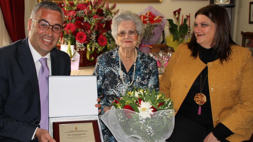 Doña Esmeralda Castro Díaz, con el alcalde de Santa Cruz de La Palma, Sergio Matos, y la concejal de Bienestar Social e Igualdad de Oportunidades, Gazmira Rodríguez.