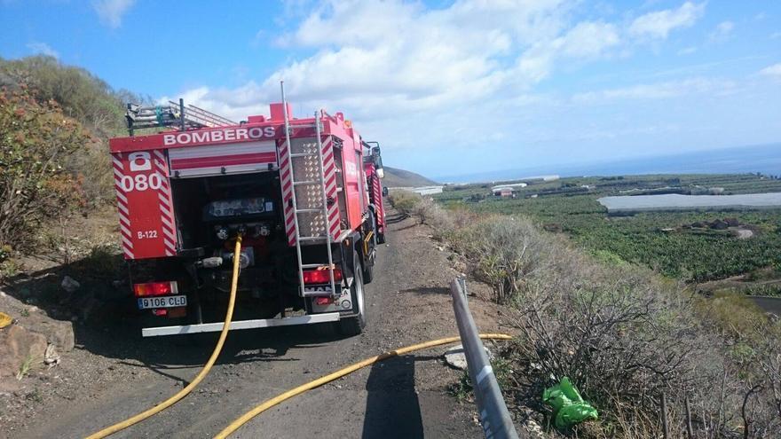 En la imagen, un vehículo de los bomberos en la zona afectada: Foto: BOMBEROS LA PALMA