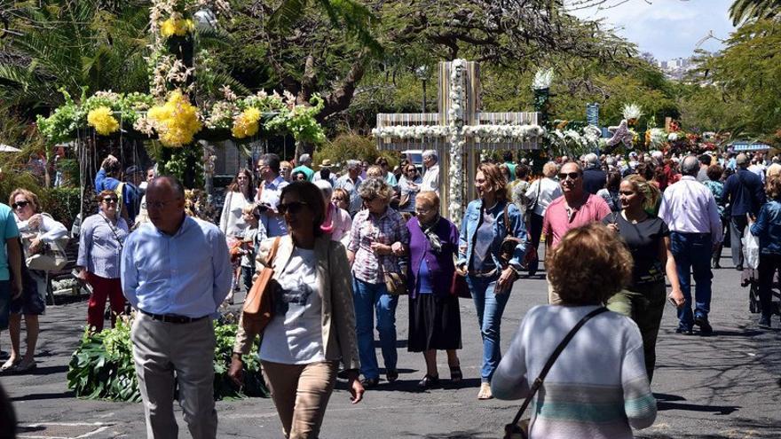 Las cruces en las Ramblas de Santa Cruz atrajeron a muchos visitantes a lo largo del día
