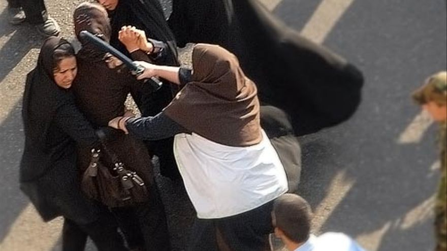 Mujeres policías cargan contra mujeres que se manifiestan pacíficamente en Teherán, Irán, junio de 2006. © Arash Ashoorinia, www.kosoof.com