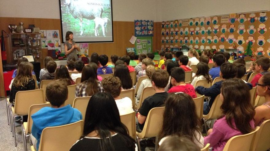 Aula Animal participando en una charla con alumnos de 6º de Primaria del CEIP Montecanal de Zaragoza
