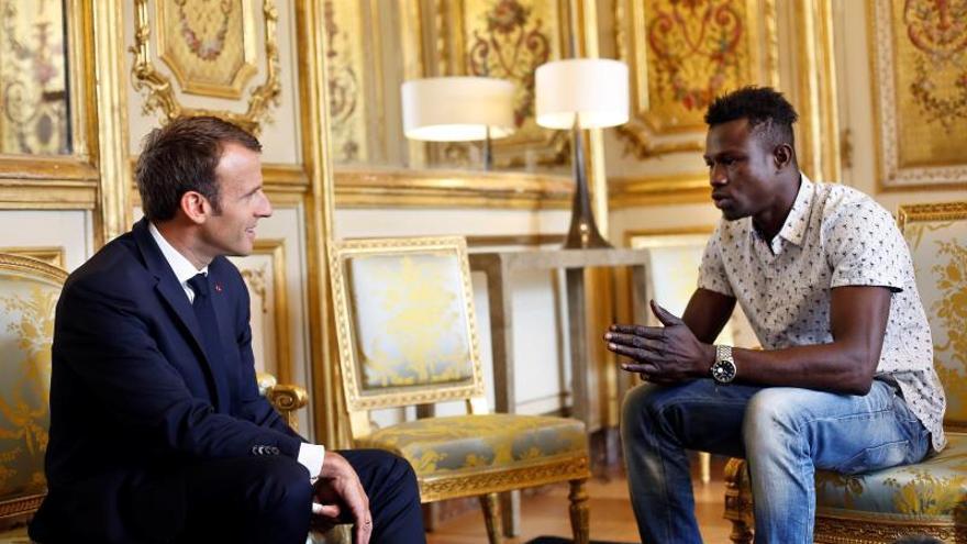 """Macron trata como a un héroe al """"Spiderman"""" maliense que salvó niño en París"""