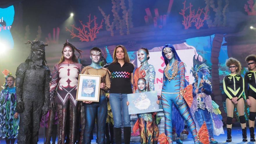 Entrega del premio al mejor disfraz a la formación Loli Pérez, este domingo en el Recinto Ferial