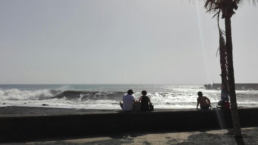 Exhibición de olas en la playa del Puerto de Tazacorte