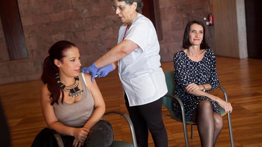 La vicepresidenta del Gobierno de Canarias, Patricia Hernández (i) y la consejera de Turismo, María Teresa Lorenzo (d), se vacunaron contra el virus de la gripe dentro de la campaña del Ejecutivo canario