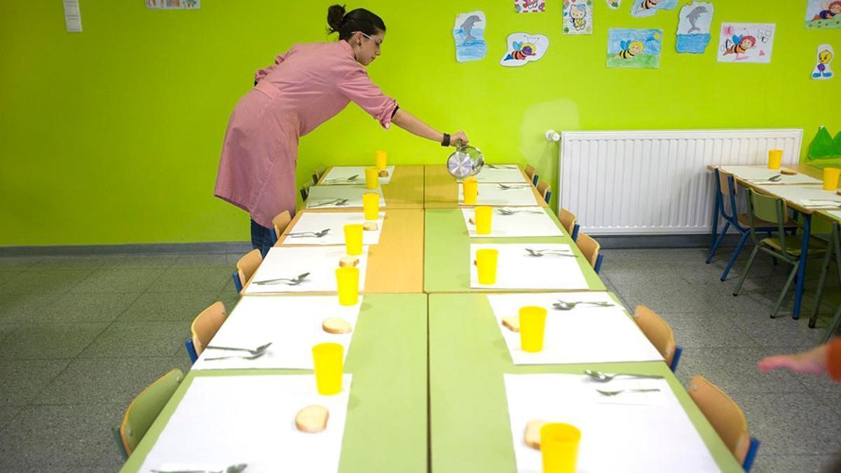 Una trabajadora en un comedor escolar infantil.