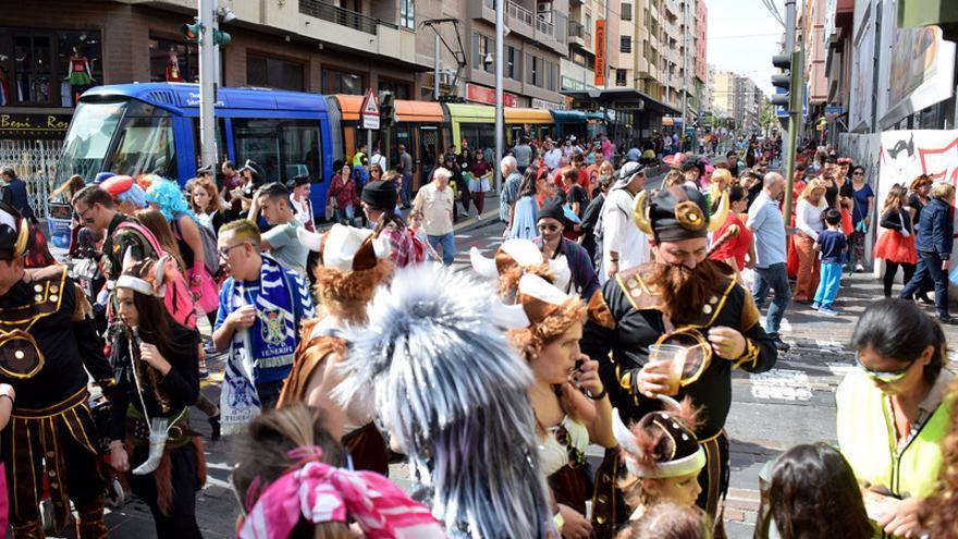 Carnavaleros en la céntrica calle Ángel Guimerá de Santa Cruz de Tenerife