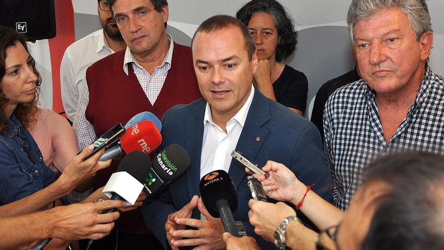 El concejal electo del PSOE Augusto Hidalgo (c), junto al edil de LPGC Puede Javier Doreste (i) y el de Nueva Canarias Pedro Quevedo(d).