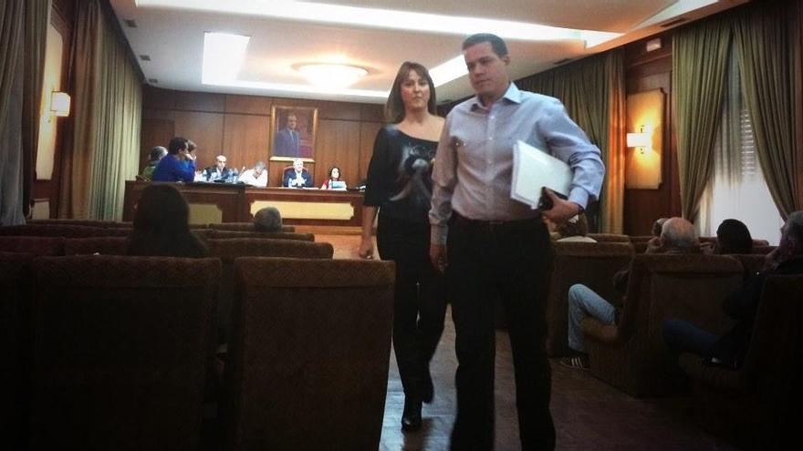 Roger Cerdà sale del pleno municipal de Xàtiva tras ser expulsado