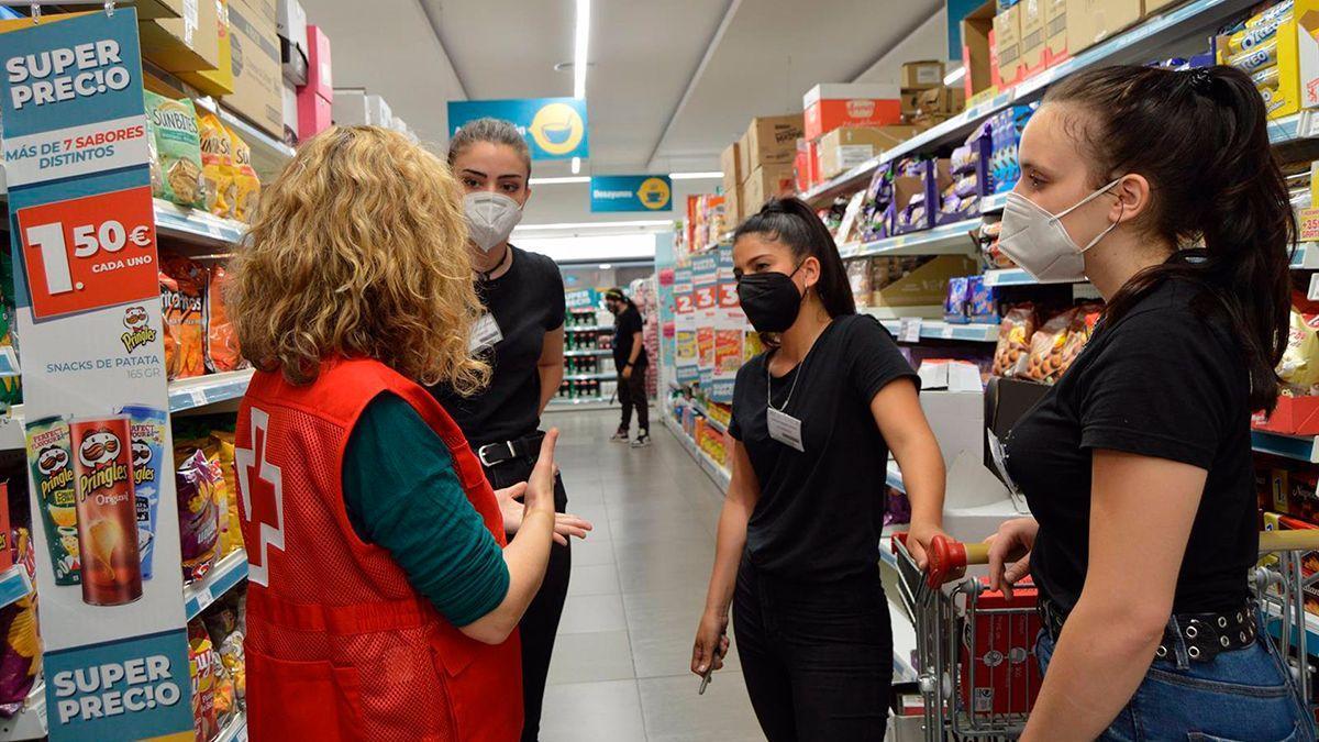 Voluntarios de Cruz Roja con jóvenes.