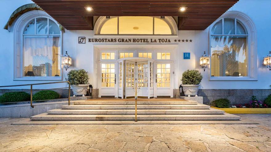 Entrada al Gran Hotel La Toja, un cinco estrellas de lujo