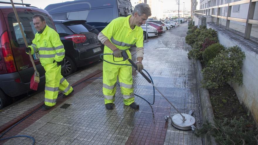 Camargo realiza labores de limpieza a fondo de las aceras