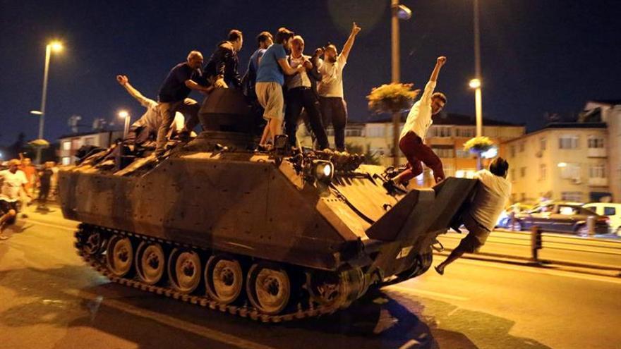 Soldados golpistas ocupan la emisora privada CNNTürk y cortan su emisión