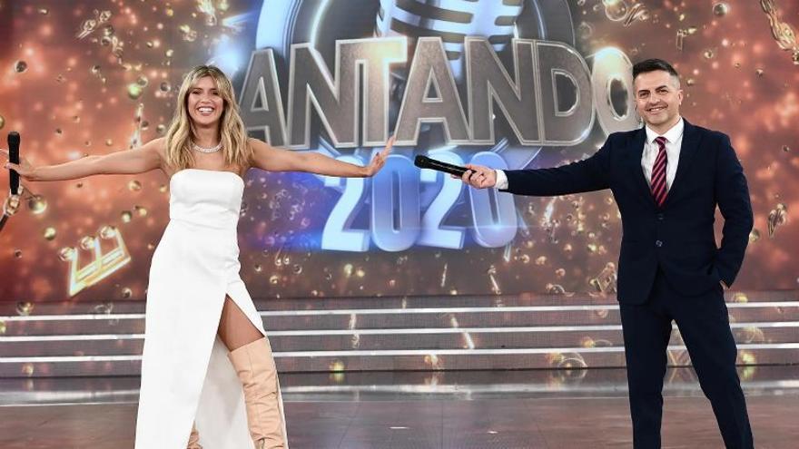 Laurita Fernández y Ángel de Brito, conductores del Cantando 2020