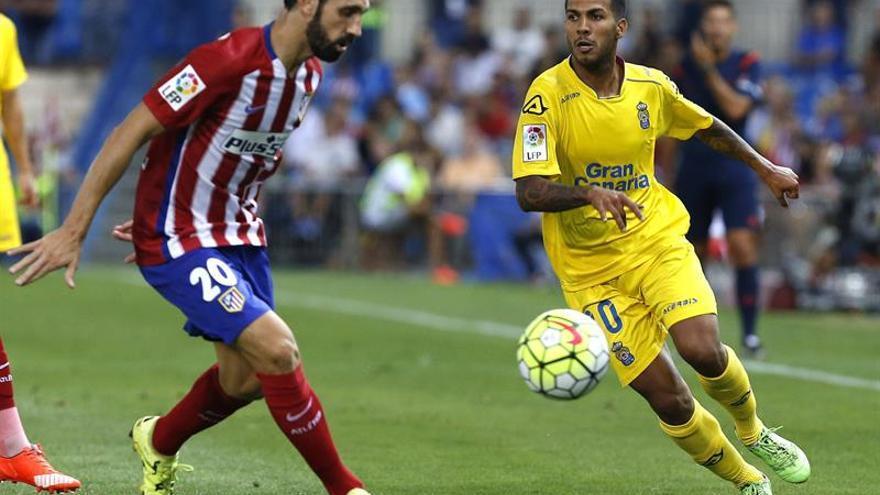 El defensa del Atlético de Madrid Juanfran Torres (i) pelea un balón con Jonathan Viera. Efe/Sergio Barrenechea