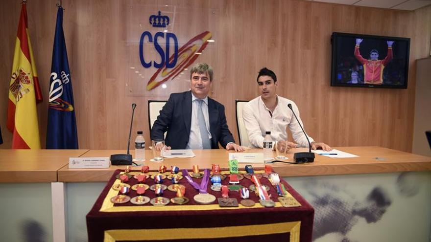 Imagen facilitada por el CSD del presidente, Miguel Cardenal (i), junto al taekwondista español Nicolás García Hemme,