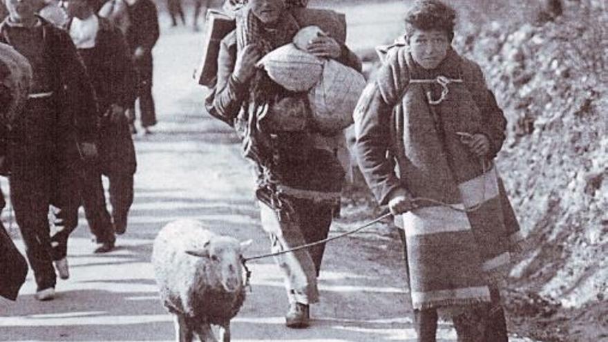 En el campo de prisioneros de Argelès, Ferrer cambió un paquete de cigarrillos por un ejemplar de El Quijote. El contacto con la obra de Cervantes le produjo tal impresión que llegó a atesorar durante su vida una colección de 850 piezas relacionadas. Las donó al estado mexicano en 1987 para crear en Guajanato el Centro Iconográfico del Quijote. En la fotografía, refugiados españoles en Francia en 1939.