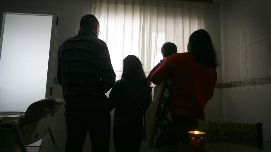 La familia afectada por pobreza energética alumbrada por una vela