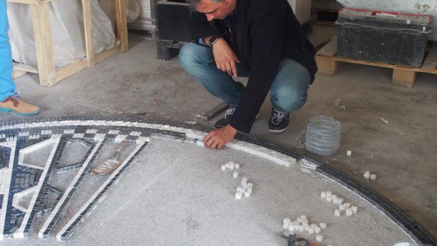 El alcalde visita el taller donde se elabora el mosaico