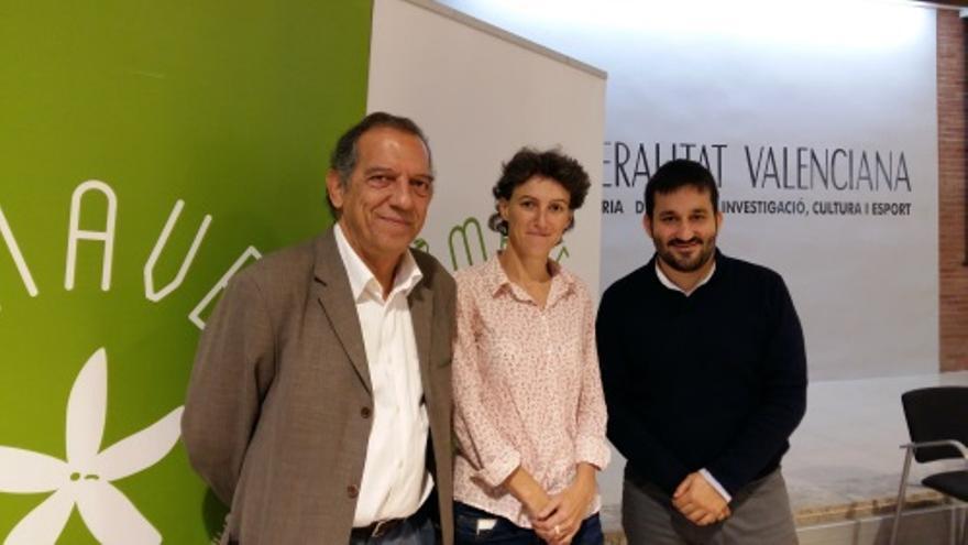El conseller Vicent Marzà (d) junto al secretario Autonómico Miquel Soler (i) y la delegada de Educación en el consistorio valenciano, María Oliver