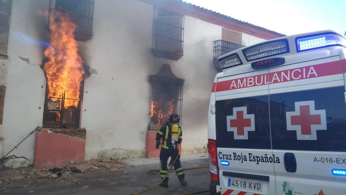 El incendio ha sido originado por un brasero, según ha informado el Centro 112 de Extremadura.