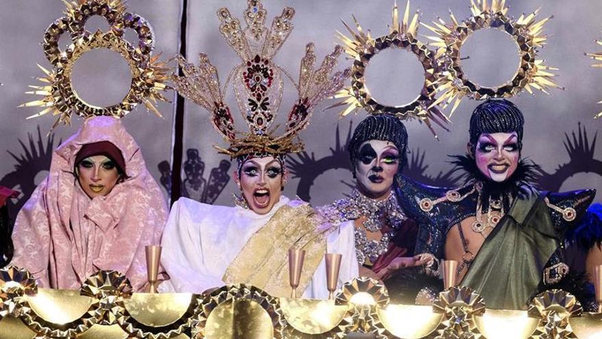 Drag Shetlas (2i) durante su actuación en la gala de elección Drag Queen 2018 en la que entregó su trono.