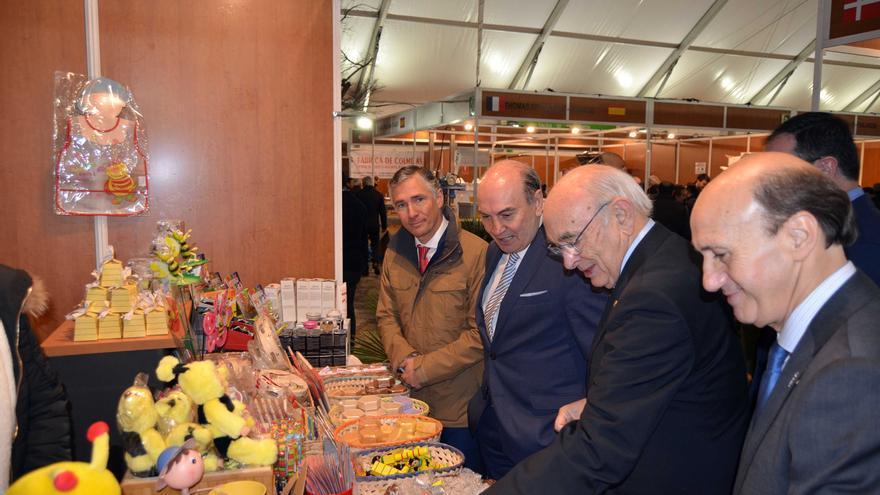 El alcalde de Pastrana pide ayuda contra la despoblación de La Alcarria en la Feria Apícola