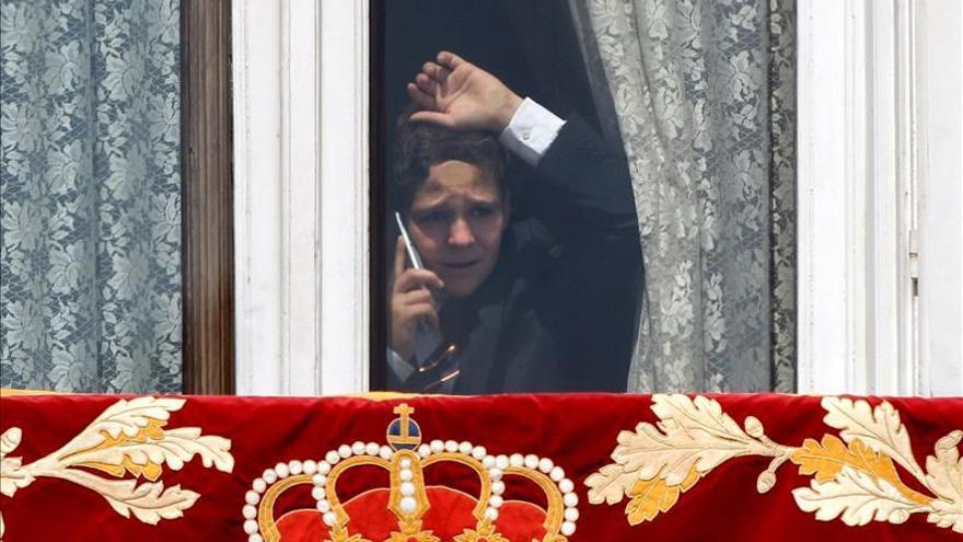 Froilán, habla por teléfono asomado a una ventana del Palacio Real / Foto: Juan Carlos Cárdenas (EFE)