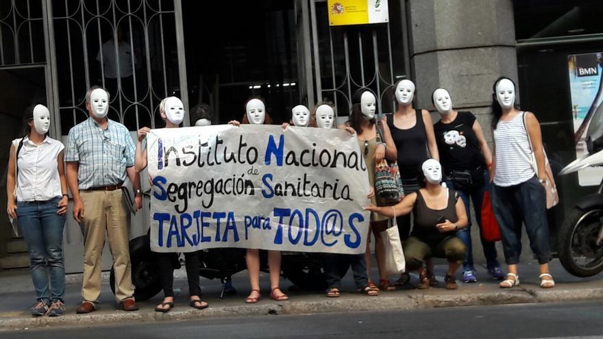Acción del colectivo Yo Sí, Sanidad Universal contra el INSS este 6 de julio. | Yo Sí Sanidad Universal.