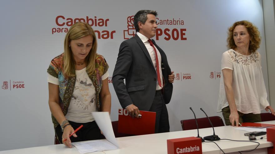 Pablo Zuloaga, junto a Noelia Cobo e Isabel Fernández, en la sede del PSOE. | RUBÉN VIVAR