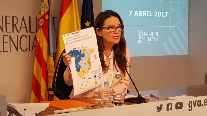 Mónica Oltra sostiene un mapa de España con las inversiones del Estado por autonomías