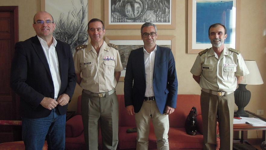 En la imagen, Anselmo Pestana, presidente del Cabildo; Luis Antonio Martínez Gimen., subdelegado de Defensa de la provincia de Santa Cruz de Tenerife; Sergio Mato, alcalde de Santa Cruz de La Palma, y otro mando militar.