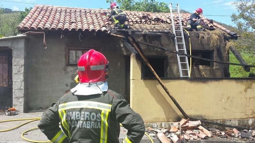 Sofocado un incendio en una cuadra de San Vitores que ha afectado al porche y la cubierta