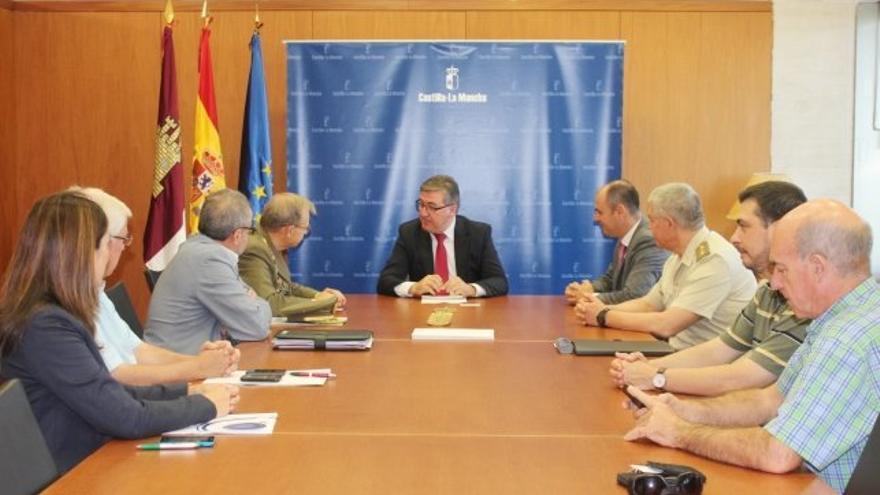 Marcial Marín, consejero Educacion Castilla-La Mancha, en mesa con militares y seguridad / Foto oficial
