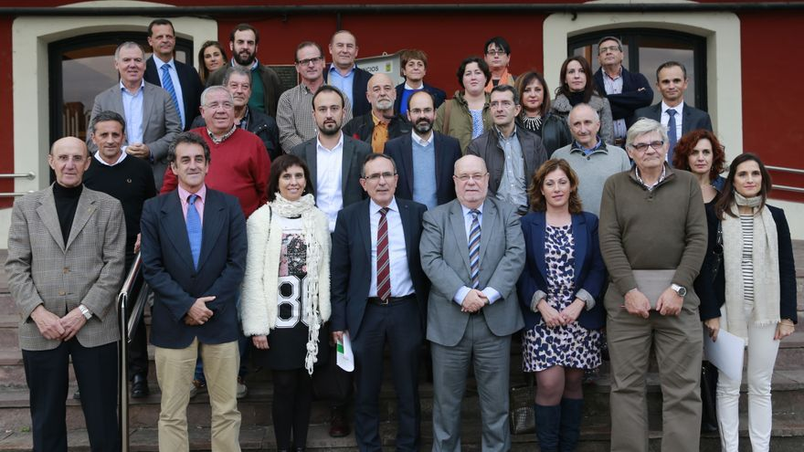 Foto de familia con todos los participantes en la primera Mesa Especial del Plan Besaya. | Nacho Romero