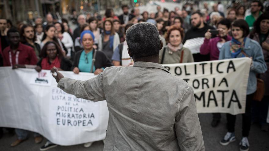 Una de les persones organitzadores parla als manifestants / ENRIC CATALÀ