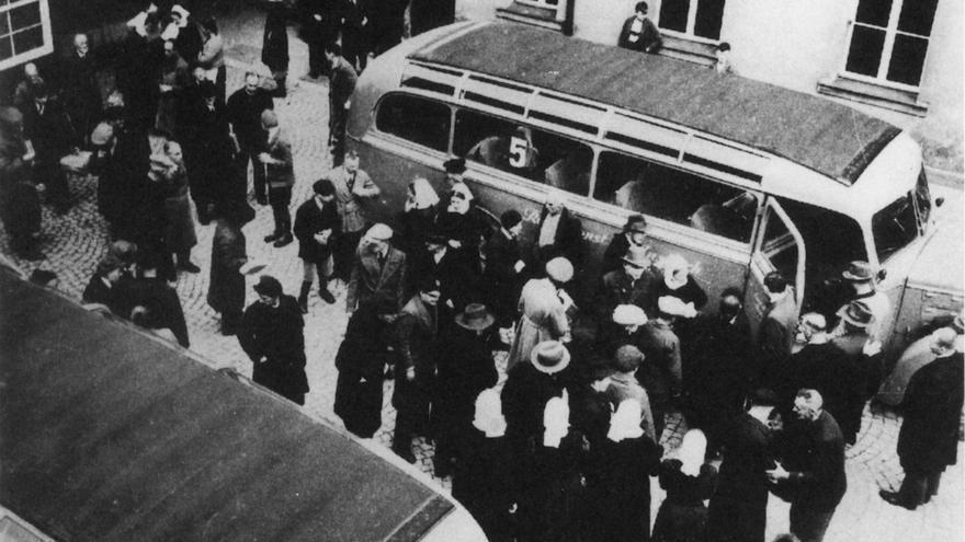 Pacientes de Aktion 4 subiéndose a un autobús, 1941.