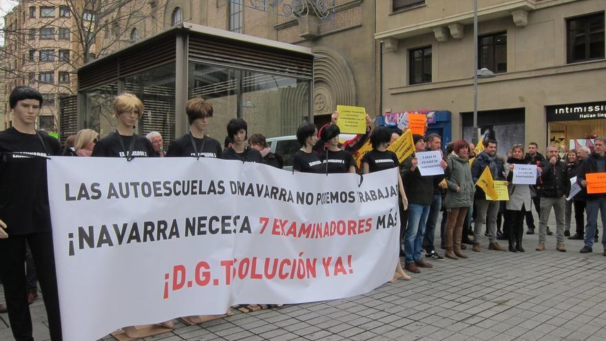 La Asociación Provincial de Autoescuelas de Navarra se concentra para reclamar siete examinadores más