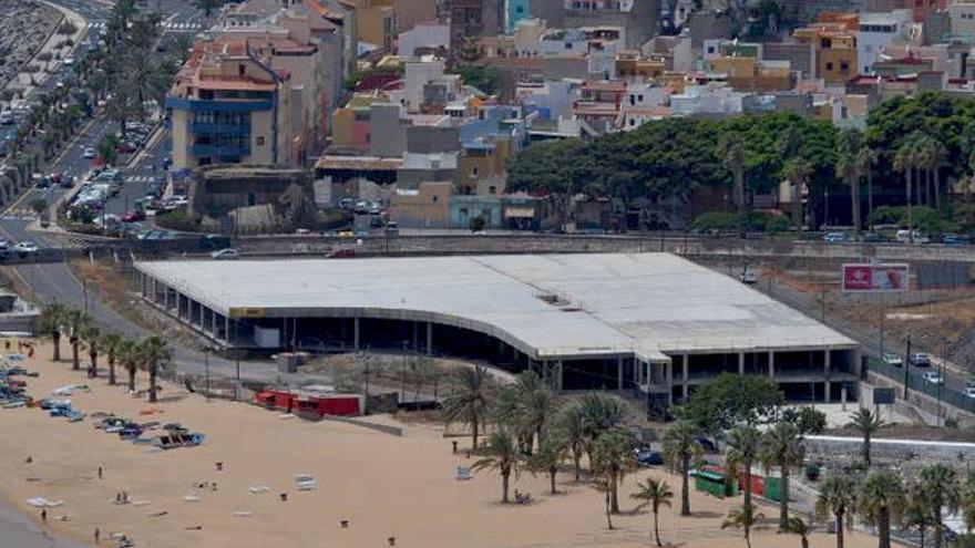 El edificio sin terminar conocido como mamotreto, en la playa de Las Teresitas