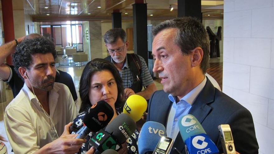 José Miguel Ruano atiende a la prensa./ Europa Press